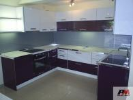 П-образна кухня от полиглос в лилаво и бяло