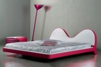 Тапицирано легло в бяло и червено