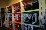 изработка на стелажи за детски столчета за кола