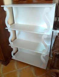 Стилна етажерка масив в цвят бяло