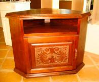 Ъглов ТВ бар с дърворезба