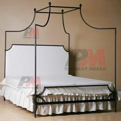 Спалня от ръчно изработен метал с балдахин